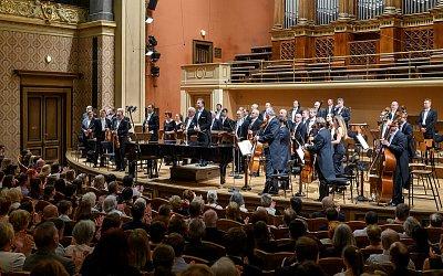 Multižánrový violoncellista Ivan Vokáč vystoupí v Praze s Global Art Philharmonic Orchestra
