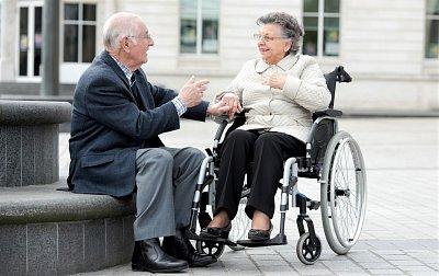 Téměř polovina seniorů nad 75 let je zdravotně postižených