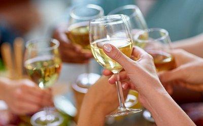 Češi jsou třetí největší konzumenti alkoholu na světě. Jaké důsledky to má na naše zdraví?