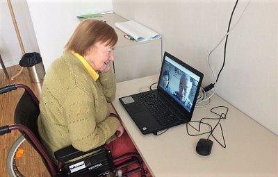 Místo návštěv teď v SeniorCentrech používají videa