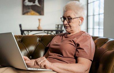 V digitálním světě se mohou dobře orientovat i dříve narození