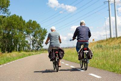 Babí léto prodlužuje cyklistickou sezonu. Přibývá jezdců na elektrokolech